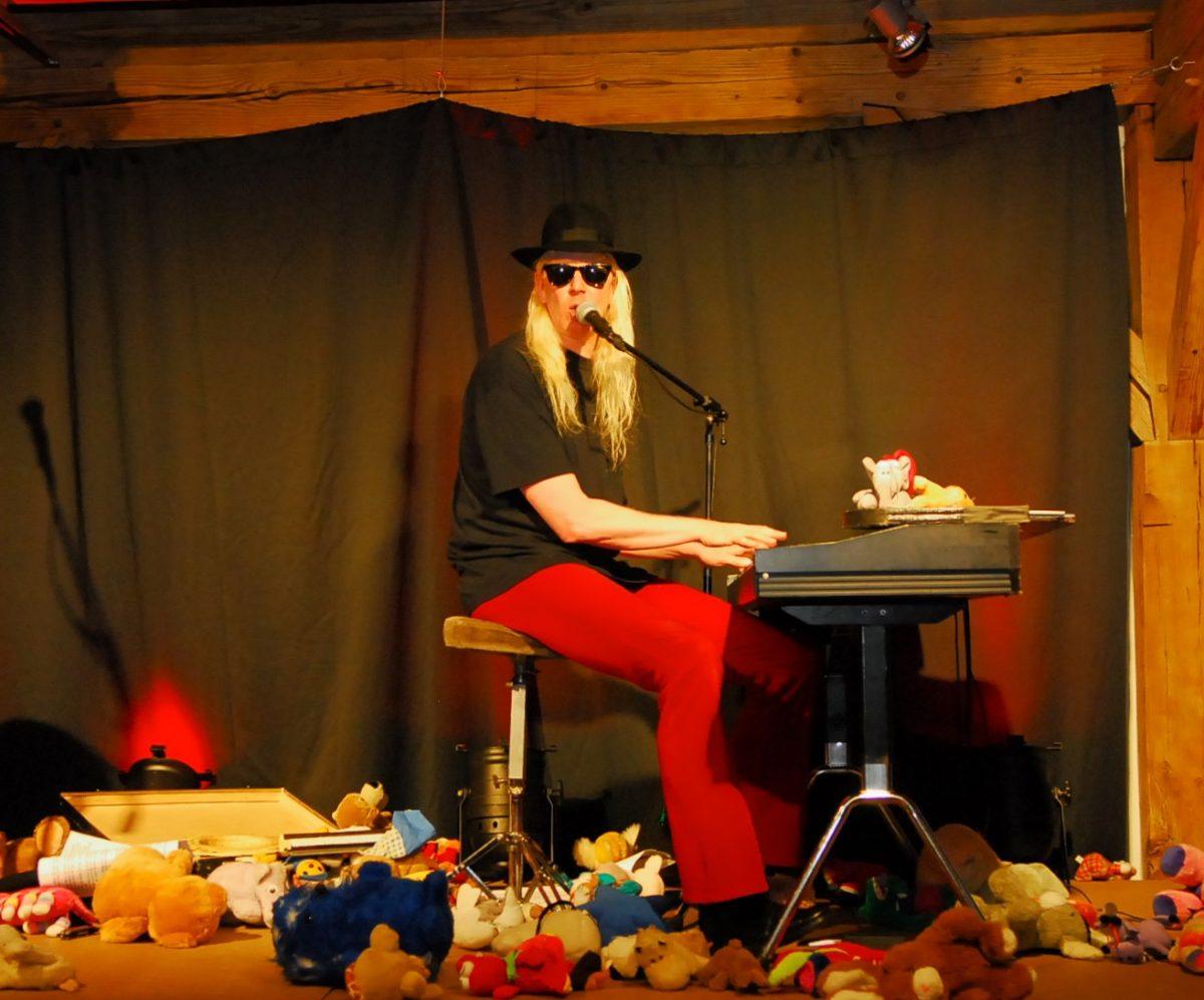 Gunzi Heil entzückt mit Ein-Mann-Show mit weit über hundert (tierischen) Komparsen