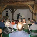 Josef Mayer vor interessierten Zuhörern