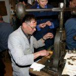 Helmut Krautmann in der Goldschmiedewerkstatt